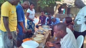 Un repas partagé dans une véritable ambiance de famille et très africaine